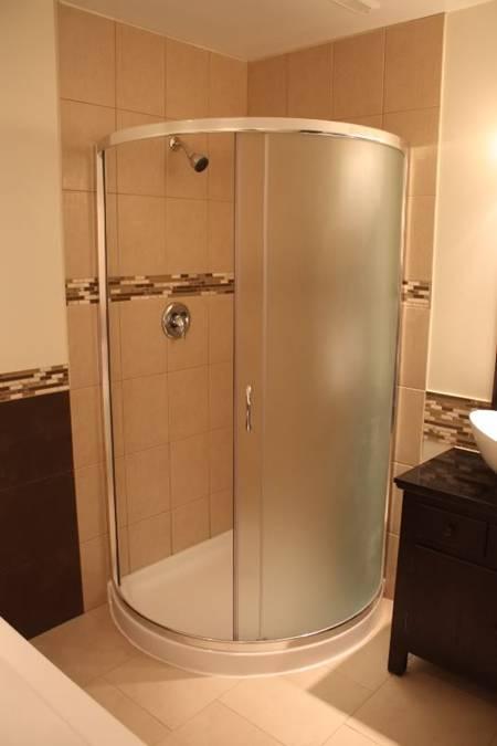 半圆形的淋浴安装在右内角,这里原来是洗衣房水池的位置.